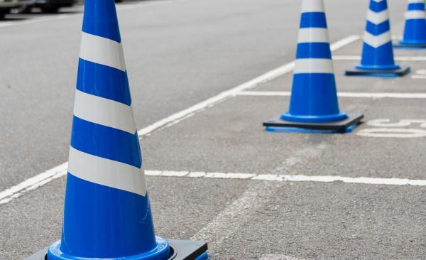 駐車場に看板を設置する目的とは? 無断駐車への対処法も解説!