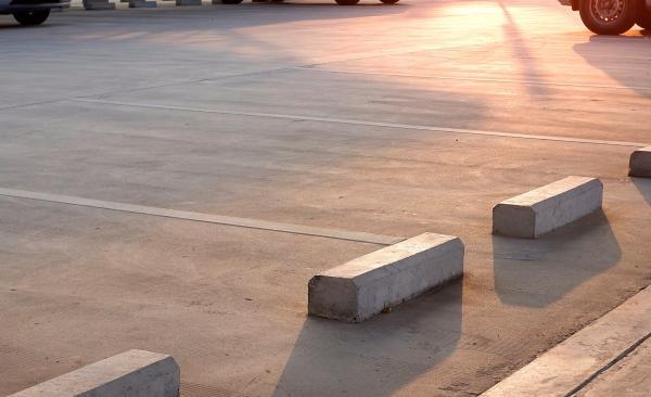 駐車場をコンクリートで舗装したい! その費用や上手な方法とは?
