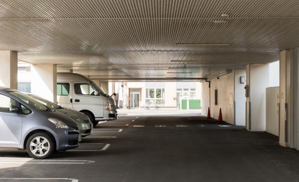 駐車場に屋根を設置したい! 工事にかかる費用は?