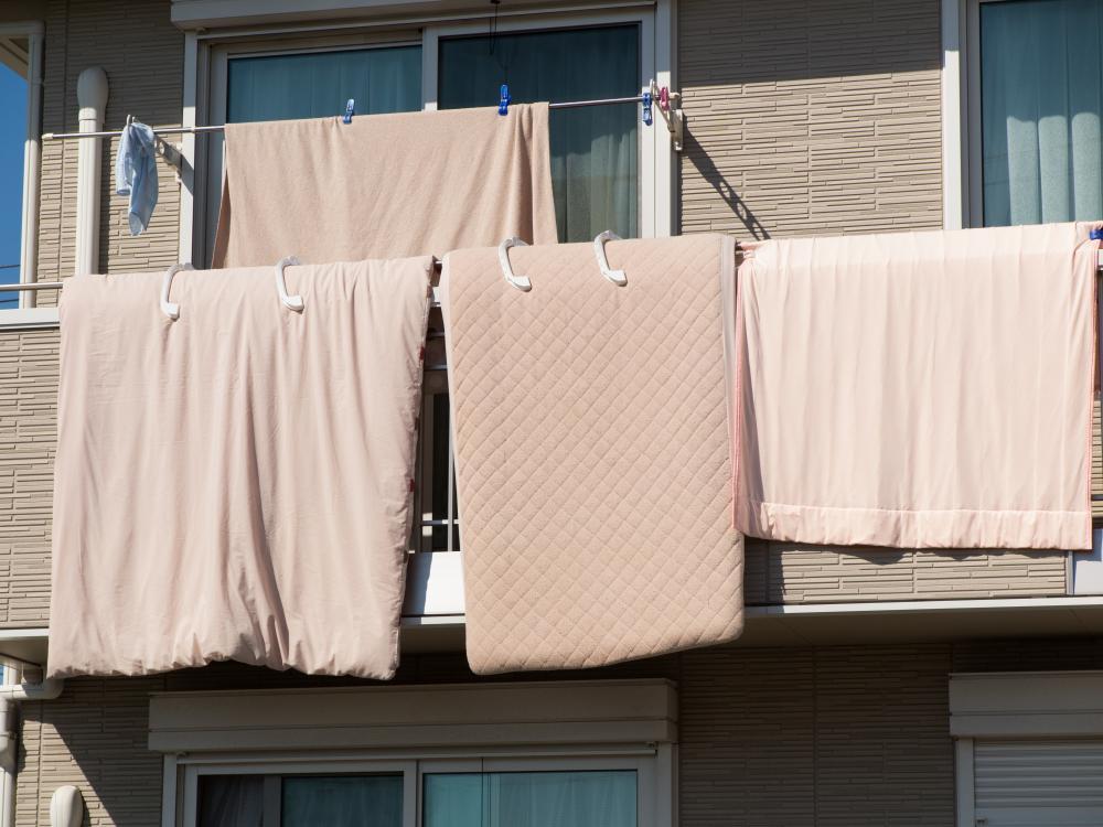 布団を干すときは下の階への配慮も必要