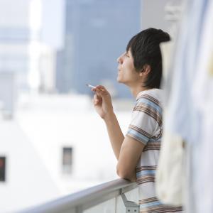 隣人がベランダでタバコを……やめて!その対処法とは?